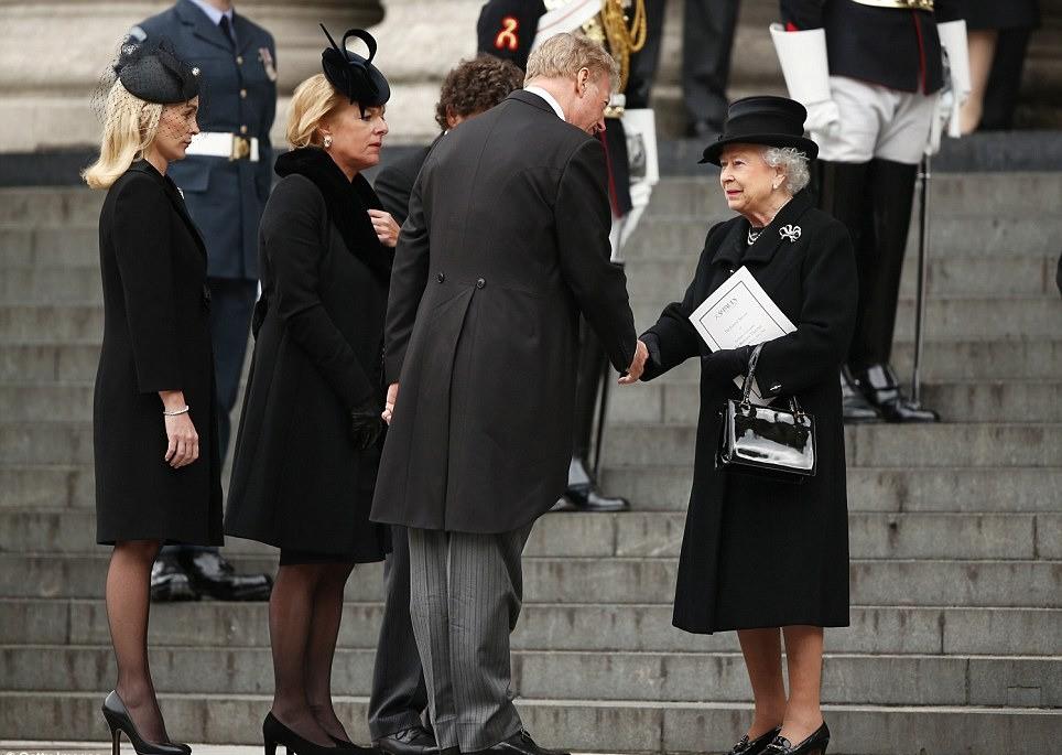 Королева нарушила протокол в знак уважения к Аннет Уилкин